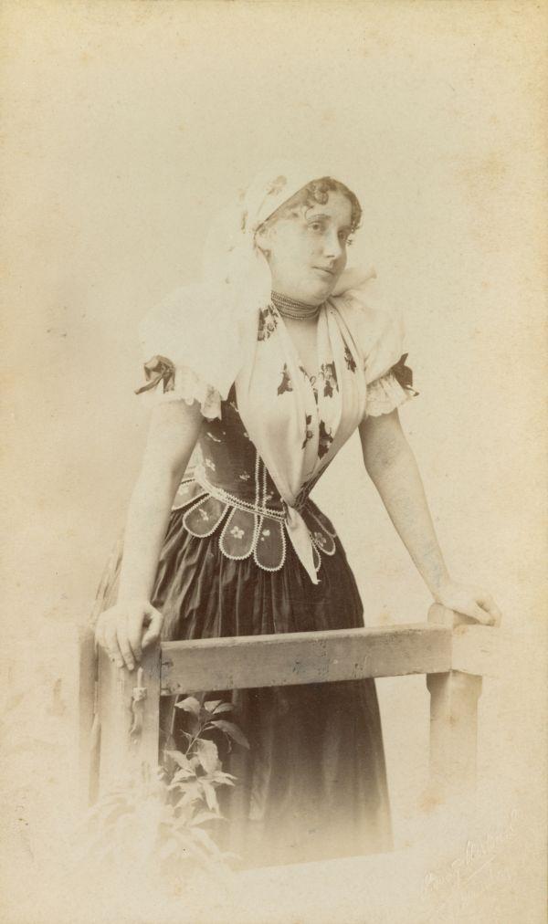Lukács Júlia menyecskének öltözve* - Déri Múzeum, CC BY