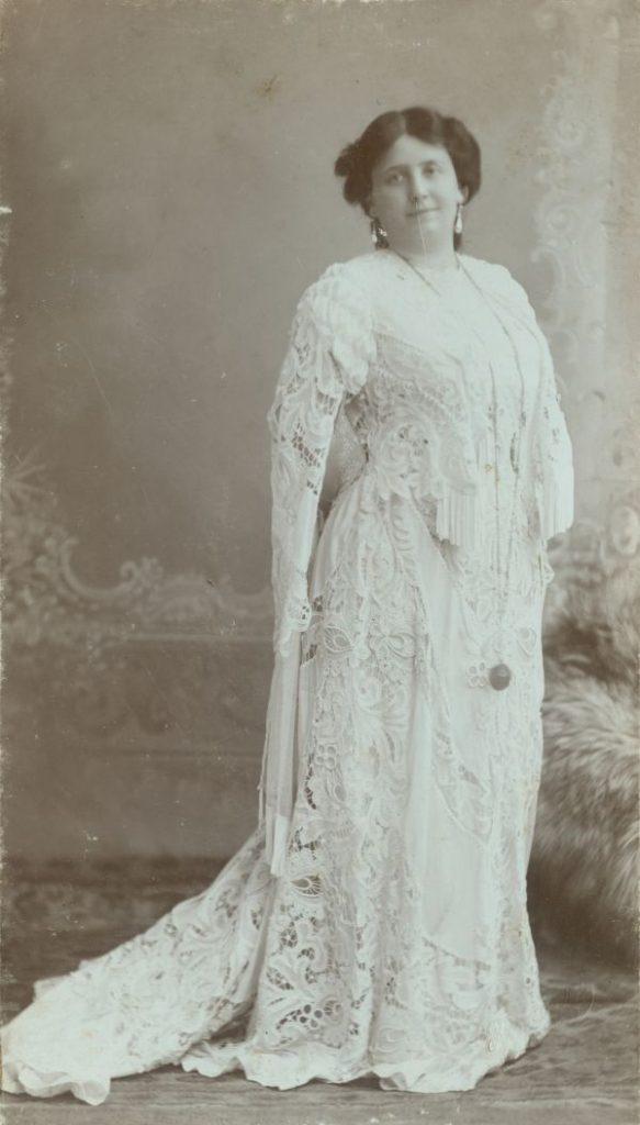 Lukács Júlia uszályos fehér csipkeruhában* - Déri Múzeum, CC BY