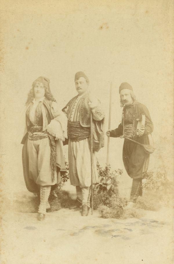 Lukács Júlia két színésztársával* a Szép Darinka népszínházbeli előadásában - Déri Múzeum, CC BY