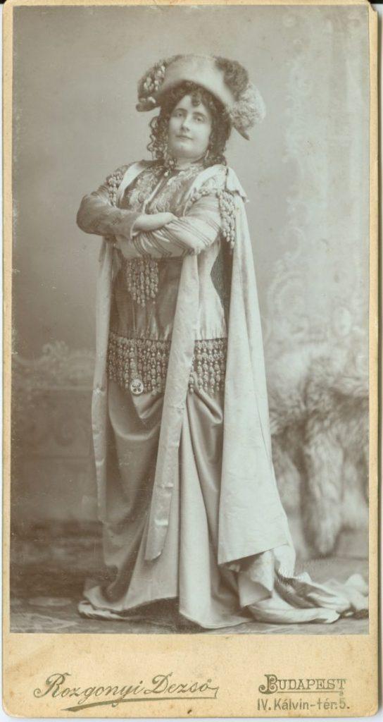 Lukács Júlia mint női Napoleon*, karbatett kézzel - Déri Múzeum, CC BY