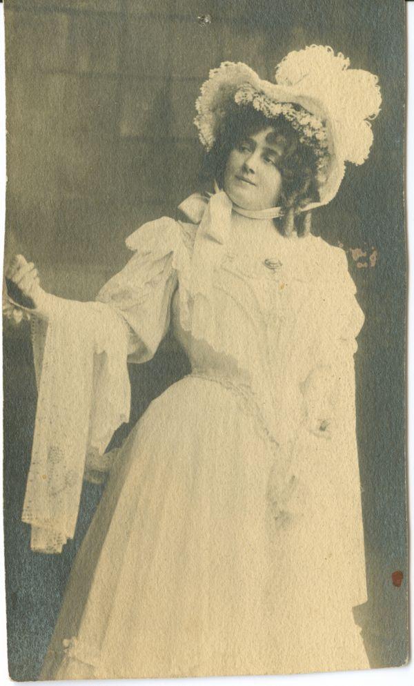 Lukács Júlia habos fehér ruhában* (Déryné ifiasszony?) - Déri Múzeum, CC BY