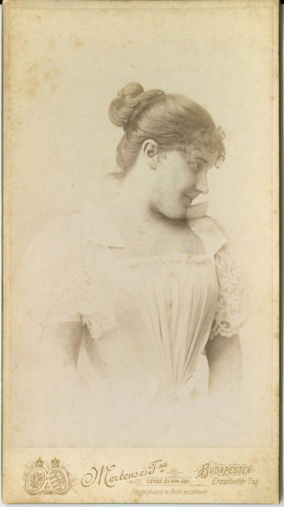 Lukács Júlia fehér ruhás*, kontyos mellképe - Déri Múzeum, CC BY