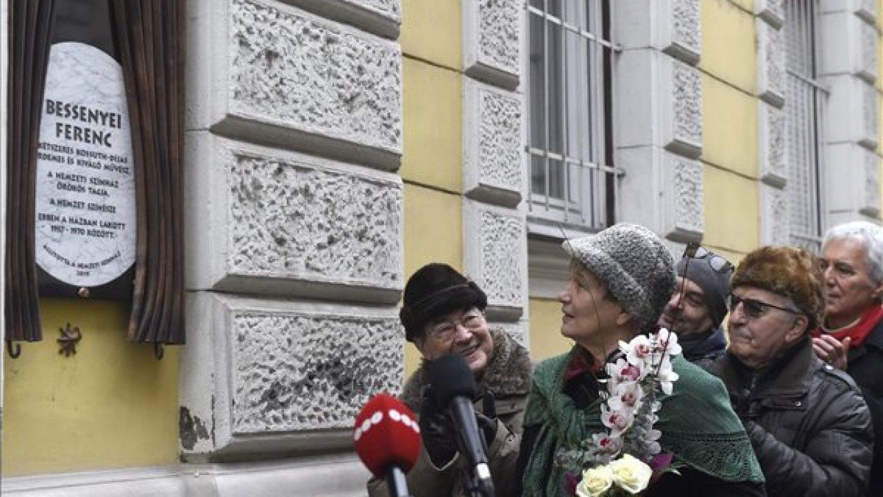 Emléktábla a Nemzet Színésze címmel kitüntetett kétszeres Kossuth-díjas érdemes és kiváló művésznek