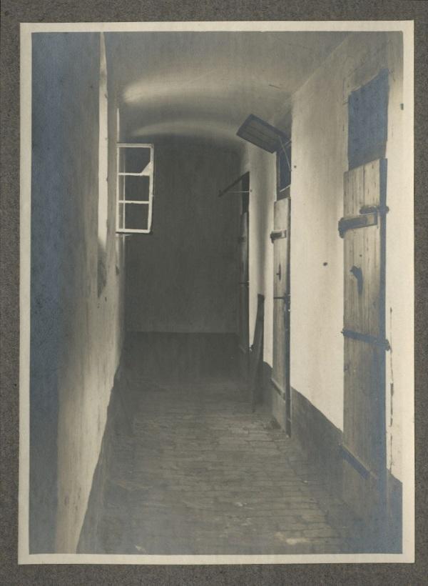 Hódmezővásárhely régi járásbíróságának udvarán lévő börtön és annak folyósólyát ábrázoló fotók (1900) - Tornyai János Múzeum, PDM
