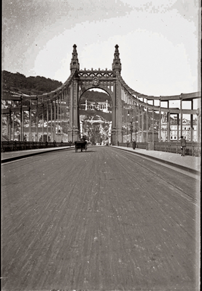 1906-ban az Erzsébet-híd közepén - Kuny Domokos Múzeum, CC BY