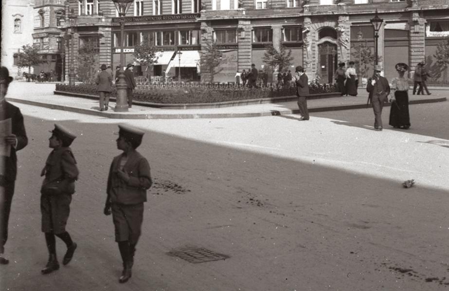 Járókelők 1906-ban - Kuny Domokos Múzeum, CC BY