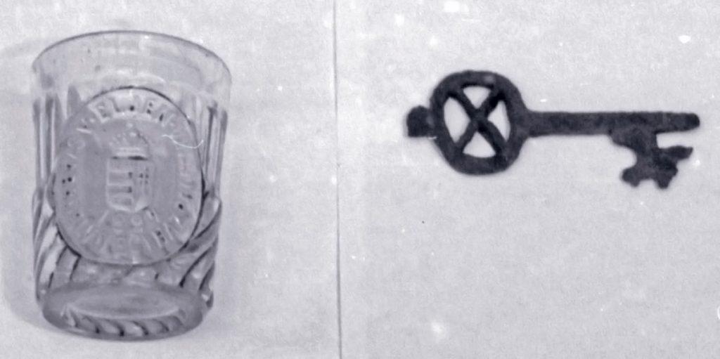 Emlékpohár és kulcs - Thorma János Múzeum, CC BY-NC-ND