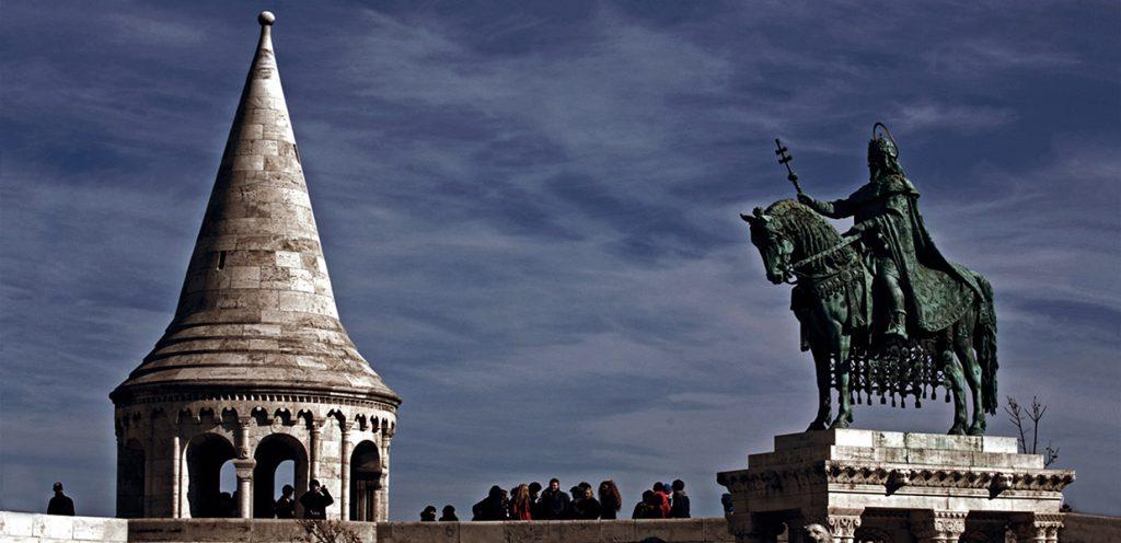 Szent István szobra és a Halászbástya egy tornya - Magyar Nemzeti Digitális Archívum és Filmintézet, CC BY-NC-ND