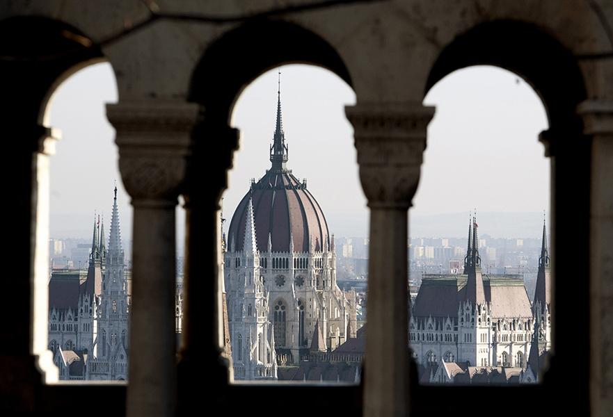 Országház a Halászbástya ablakából - Magyar Nemzeti Digitális Archívum és Filmintézet, CC BY-NC-ND