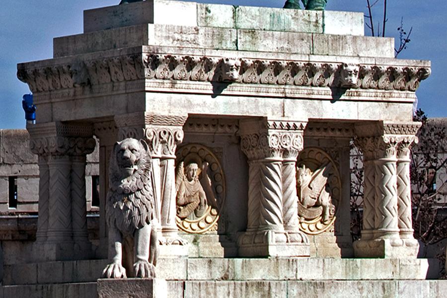 Szent István szobrának talapzata a Halászbástyánál - Magyar Nemzeti Digitális Archívum és Filmintézet, CC BY-NC-ND