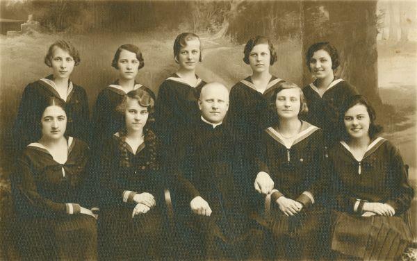 Márk Amália az érettségi táján, osztálytársnőivel és egy pappal - Déri Múzeum, CC BY