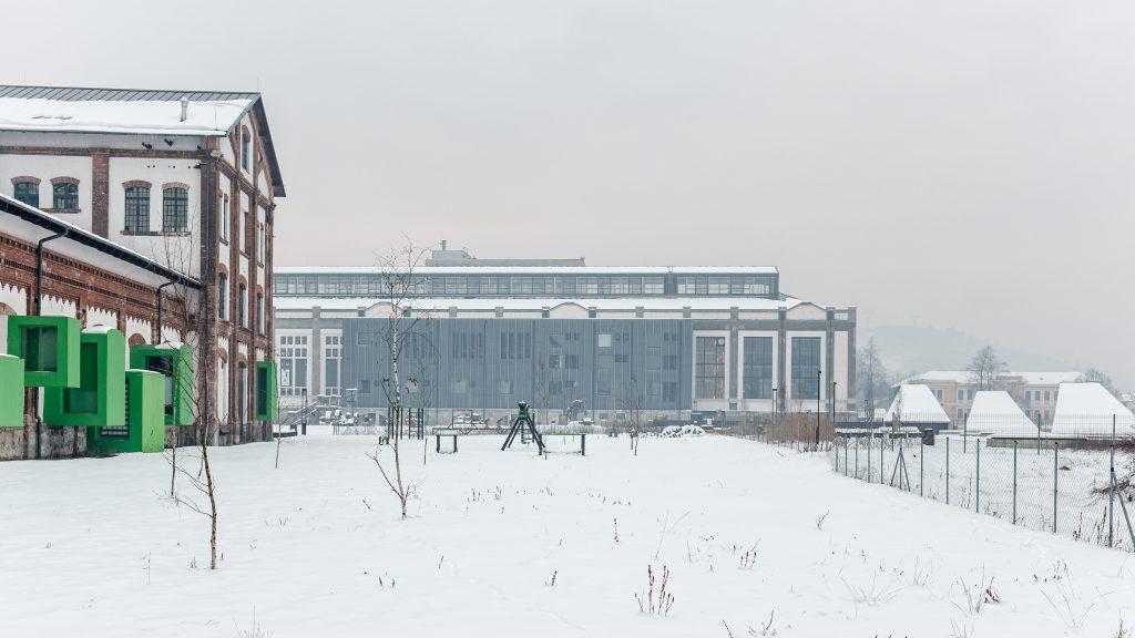 Előtérben a Nemzeti Filmtörténeti Élménypark, háttérben a Digitális Erőmű északi homlokzata