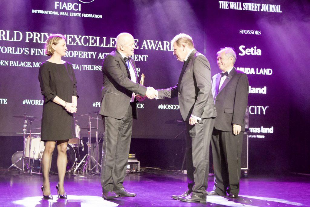 Lovas Lajos a Forum Hungaricum Nonprofit Kft. ügyvezető igazgatója veszi át a A FIABCI World Prix d'Excellence díját