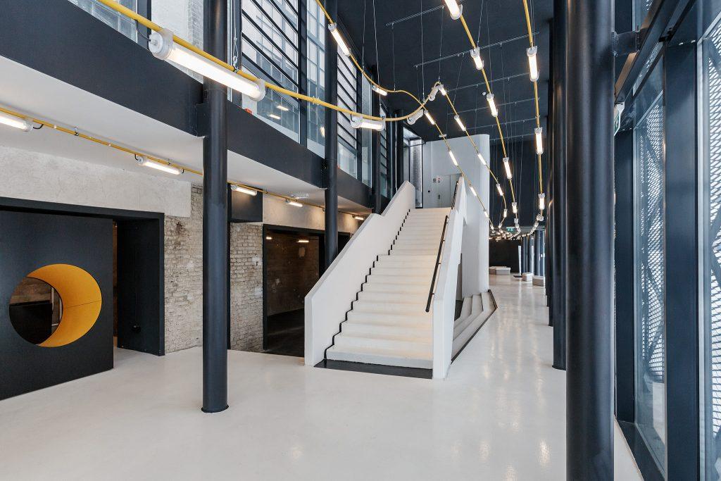 Lépcső a Digitális Erőmű bejáratánál