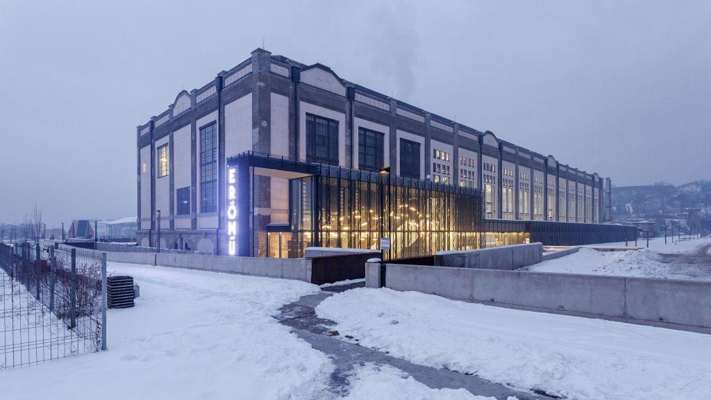 A Digitális Erőmű déli és keleti homlokzata előtérben az épületek közt vezető új patakmederrel