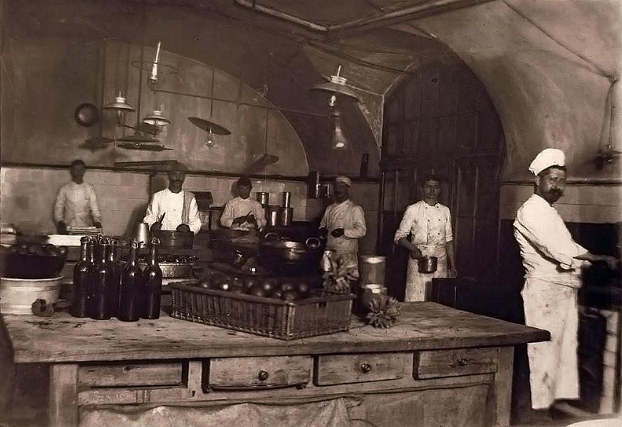 Cukrászok munka közben a Gerbeaud csokoládégyárban - Magyar Kereskedelmi és Vendéglátóipari Múzeum, CC BY-NC-ND