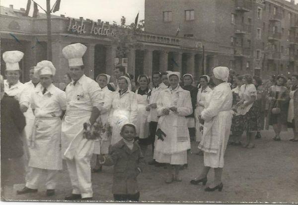 Felvonulás, Dunaújváros 1956 - MKVM, CC BY-NC-ND