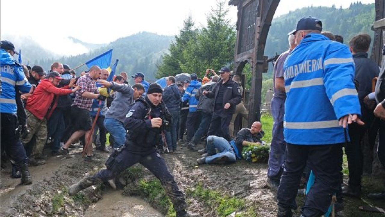 Katonatemető: Csak az imádkozó magyarokat bírságolták meg