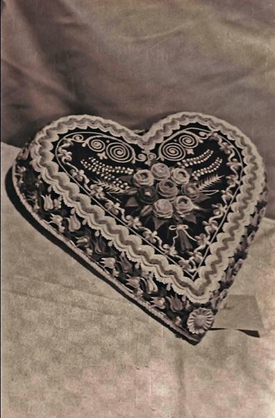 Szív alakú torta a cukrászkiállításon a New York Kávéházban - Magyar Kereskedelmi és Vendéglátóipari Múzeum, CC BY-NC-ND