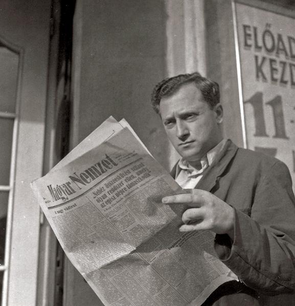 A környezet figyelése újsággal a kézben - Fortepan, CC BY-SA