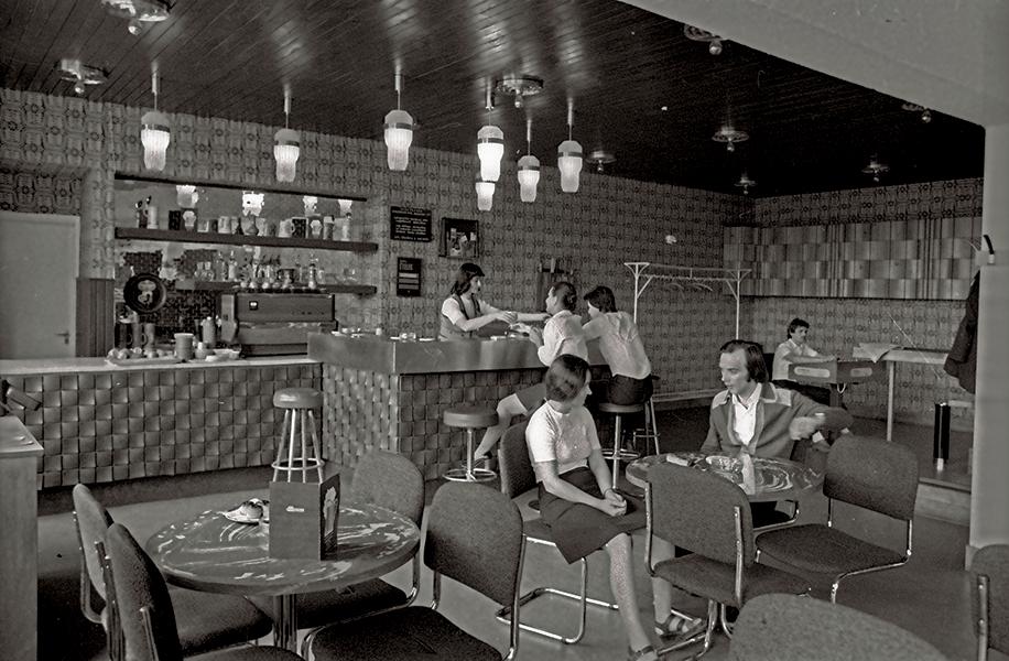 Csevegés a Hotel Silvanus kávézójában - Fortepan, CC BY-SA