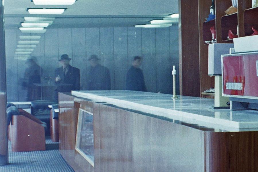 Öltönyös személyek a folyosón, kalapban - Fortepan, CC BY-SA