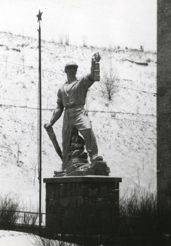 Komlói bányász emlékmű - Csorba Győző Könyvtár - Pécs, CC BY-NC