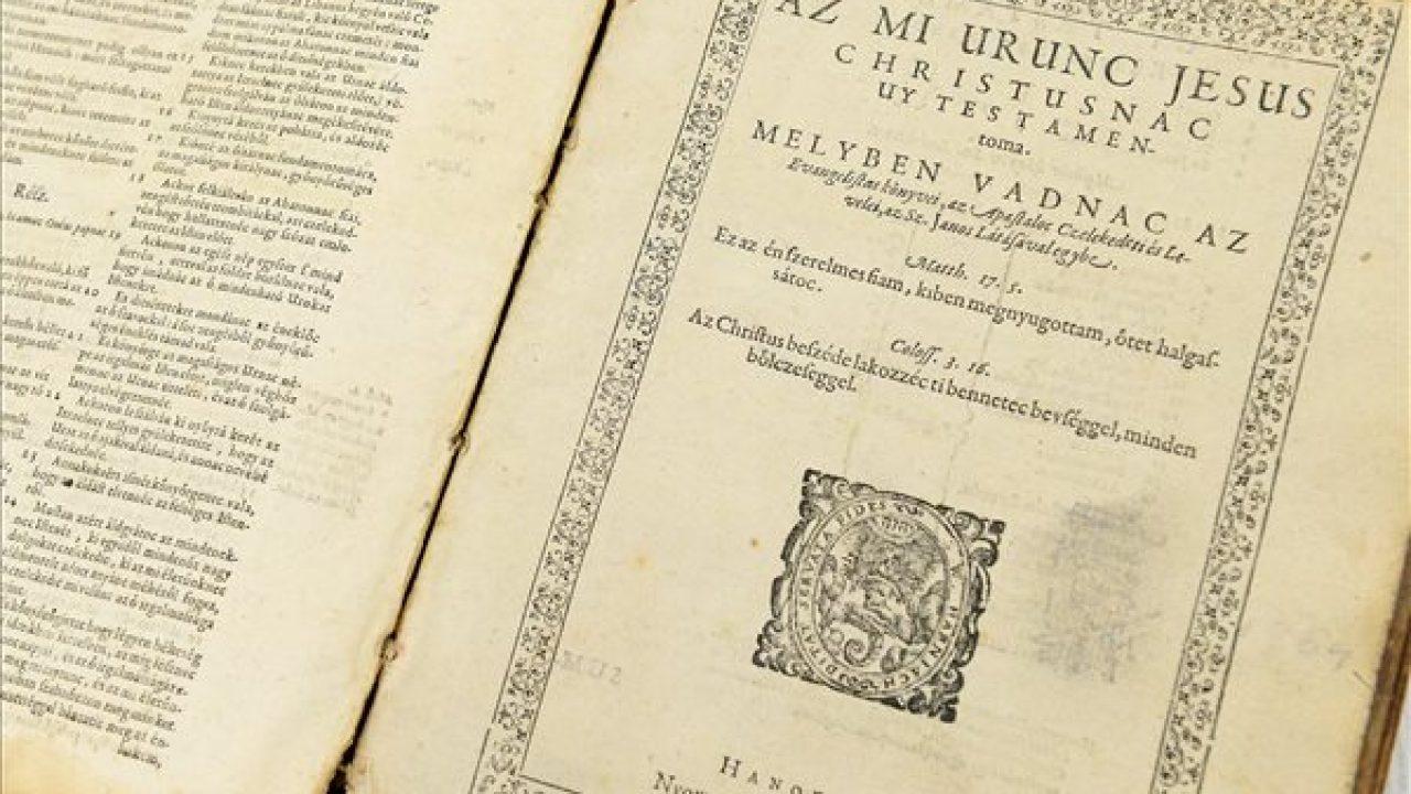 Múzeumba került az abrakos tarisznyában csempészett, templomtoronyban rejtegetett biblia