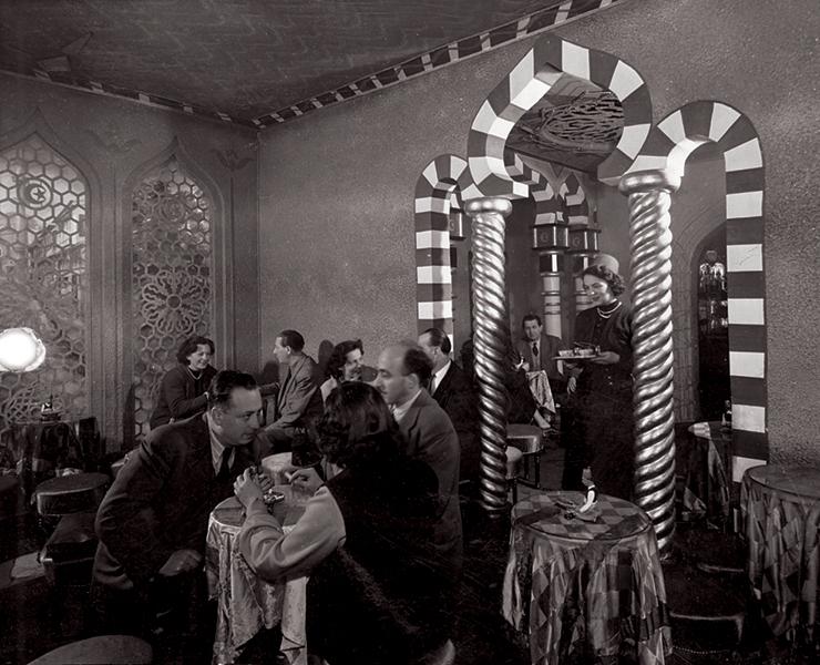 Időtöltés feltűnés nélkül egy török kávézóban - Magyar Kereskedelmi és Vendéglátóipari Múzeum, CC BY-NC-ND
