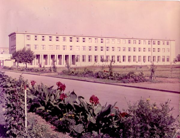 Tisza Cipőgyár irodaház - Martfű Városi Művelődési Központ és Könyvtár, CC BY-NC-ND