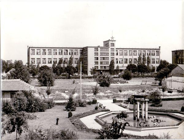 Tisza Cipőgyár gyárépület és belső park - Martfű Városi Művelődési Központ és Könyvtár, CC BY-NC-ND