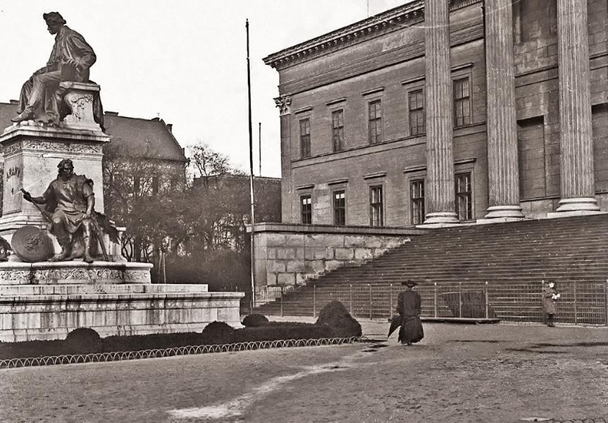 Arany János szobra a Nemzeti Múzeum előtt - Kuny Domokos Múzeum, CC BY