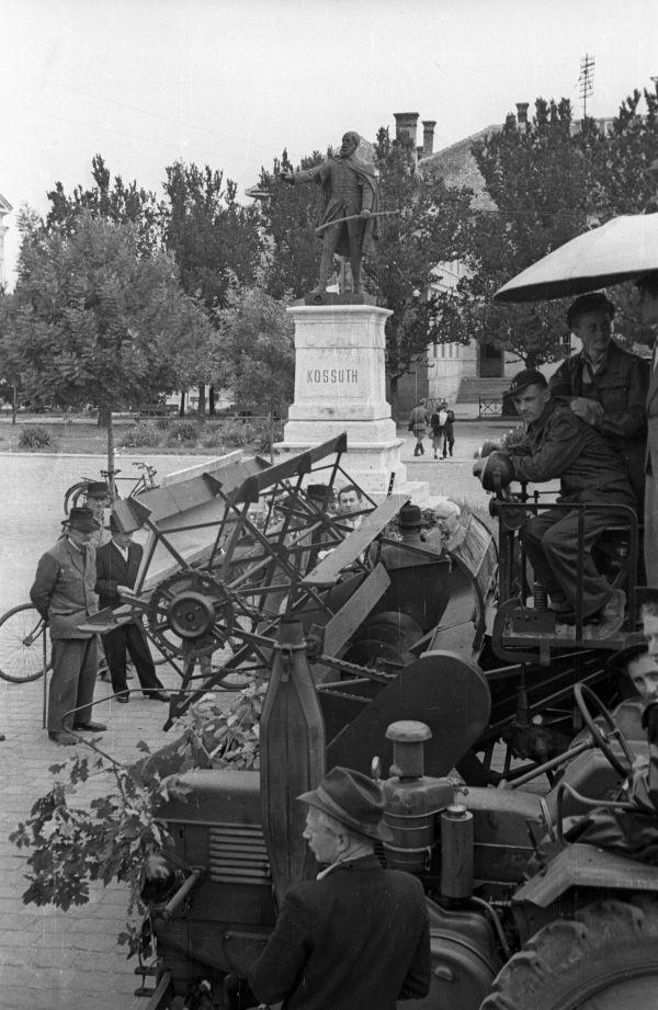 Traktorok a nagykőrösi Kossuth szobor előtt - Fortepan, CC BY-SA