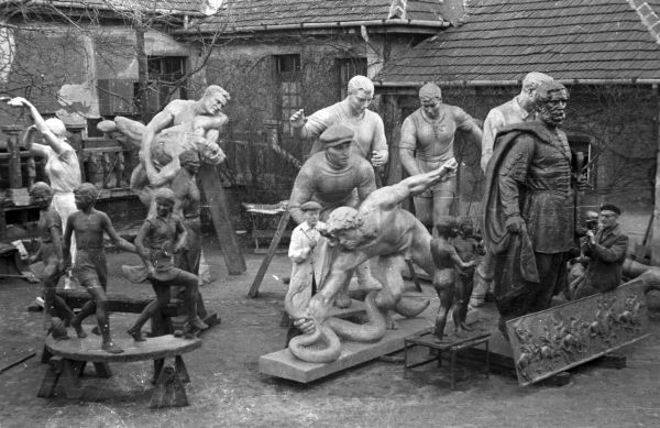 A Képzőművészeti Kivitelező és Iparvállalat szoboröntödéjének udvara - Fortepan, CC BY-SA