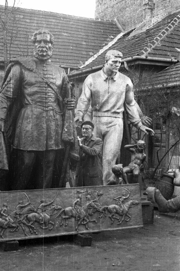 Képzőművészeti Kivitelező és Iparvállalat szoboröntödéjének udvara - Fortepan, CC BY-SA