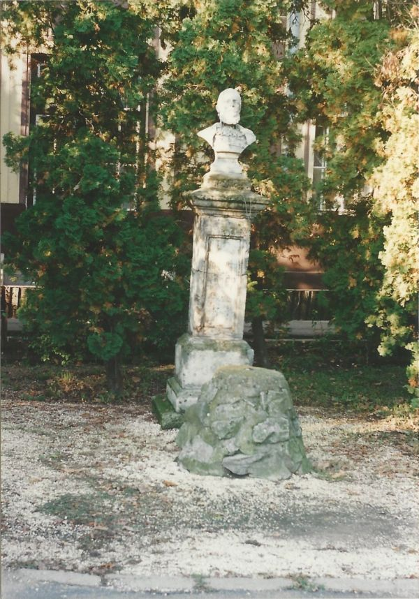 Kossuth-szobor - Verseghy Ferenc Könyvtár, CC BY-NC-ND