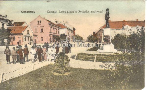 Keszthely. Kossuth Lajos utca a Festetics szoborral - Balatoni Múzeum, CC BY-NC-ND