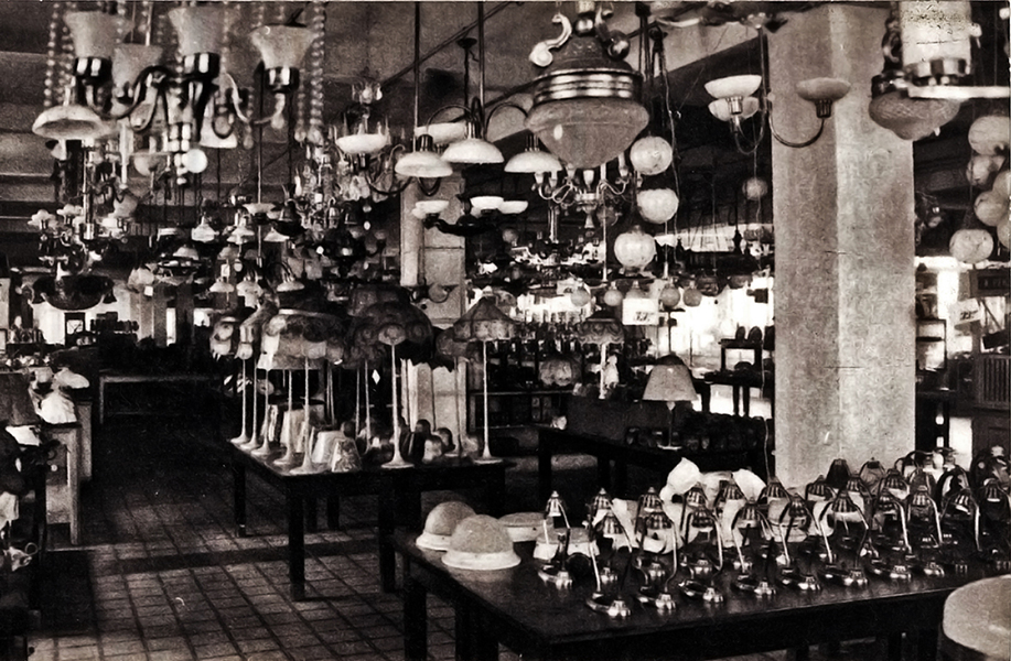 Eladó csillárok a Corvin áruházban - Magyar Kereskedelmi és Vendéglátóipari Múzeum, CC BY-NC-ND