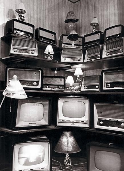Régi TV-készülékek, rádiók és lámpák - Magyar Kereskedelmi és Vendéglátóipari Múzeum, CC BY-NC-ND