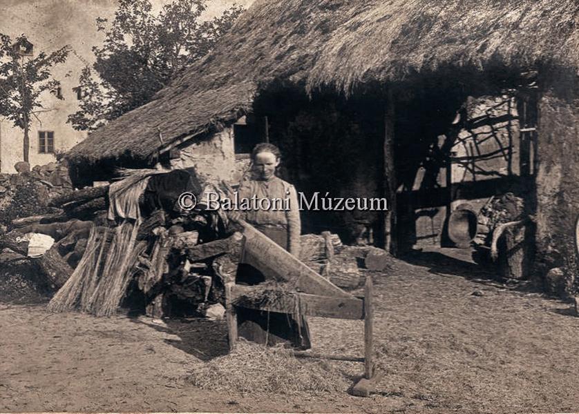 Kendertilolás az udvaron - Balatoni Múzeum, CC BY-NC-ND