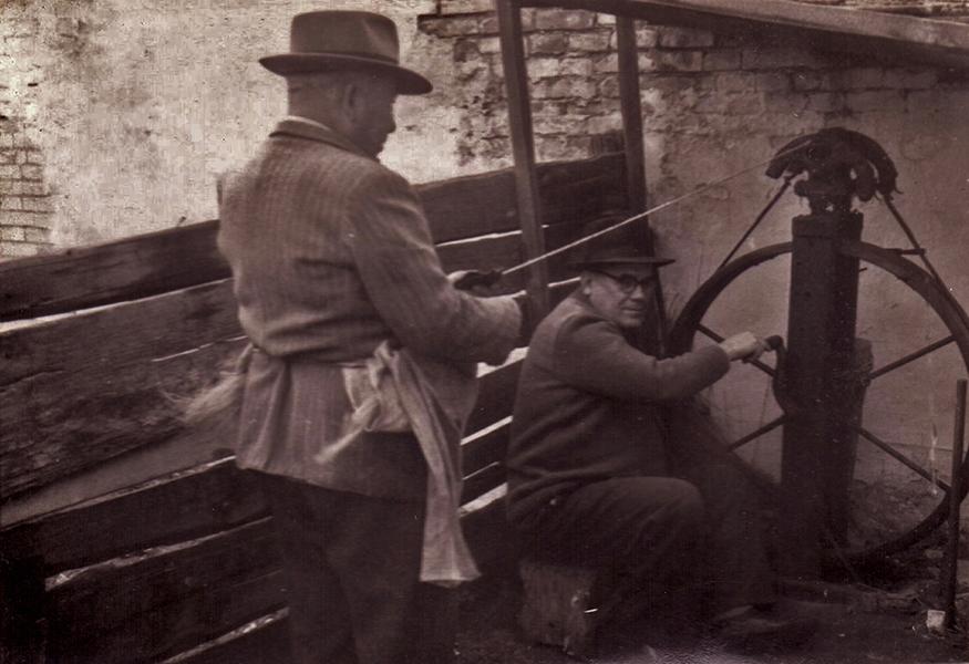 A kender fonása fonókerékkel a műhelyben - Thorma János Múzeum, CC BY-NC-ND