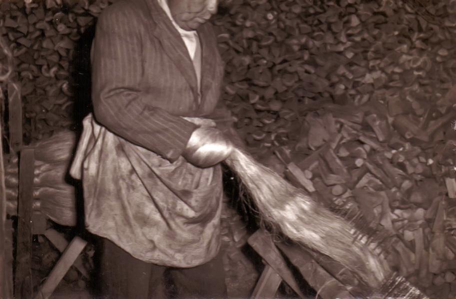 Kender gerebenezése, kifésülése - Thorma János Múzeum, CC BY-NC-ND