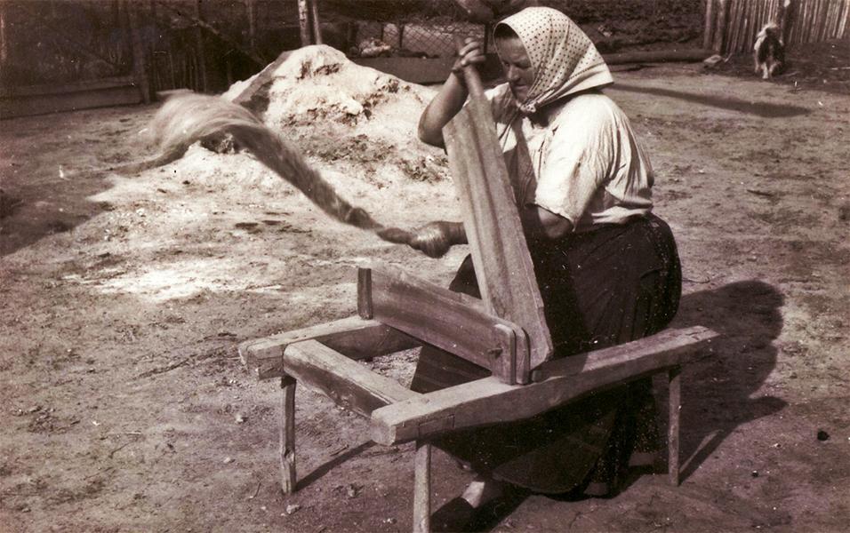 Markella Sándorné kender-tilolás közben - Thorma János Múzeum, CC BY-NC-ND