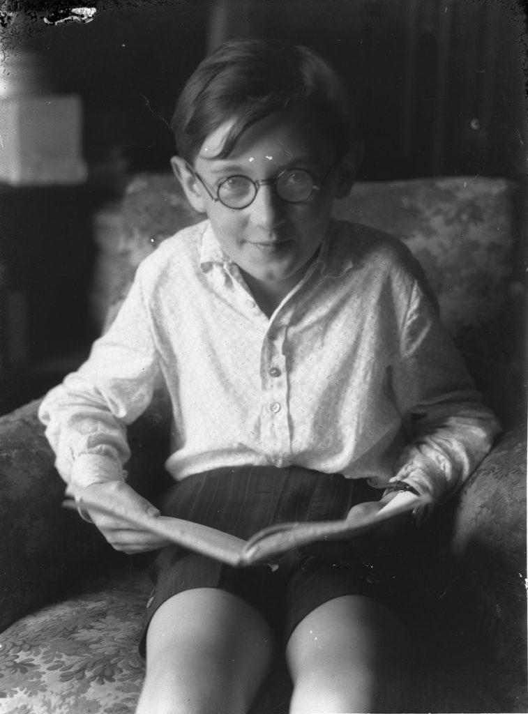 Steiner Szilárd üvegnegatívjai - Olvasó fiú / Kuny Domokos Múzeum CC BY