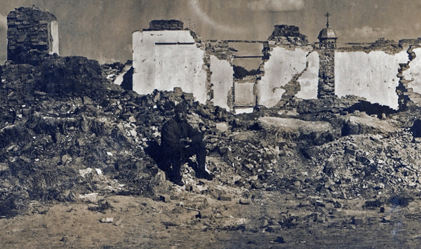 Katona a romok között az olasz fronton - Magyar Ferences Könyvtár, CC BY
