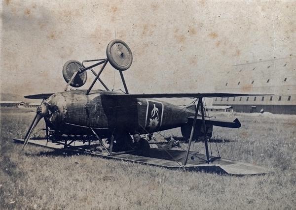 Német repülőgép szokatlan helyzetben - Magyar Ferences Könyvtár, CC BY