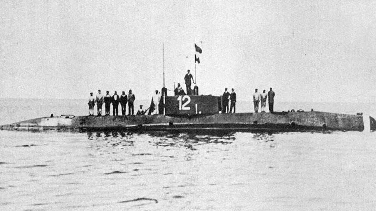 Cirkáló nyit tüzet rá, tengeralattjáró torpedói kerülik el, majd repülőgép is bombázza