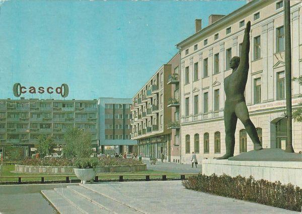 Szolnok - Kossuth Lajos tér, Munkáasmozgalmi emlékmű - Képzőművészeti Alap Kiadóvállalata, CC BY-NC-ND