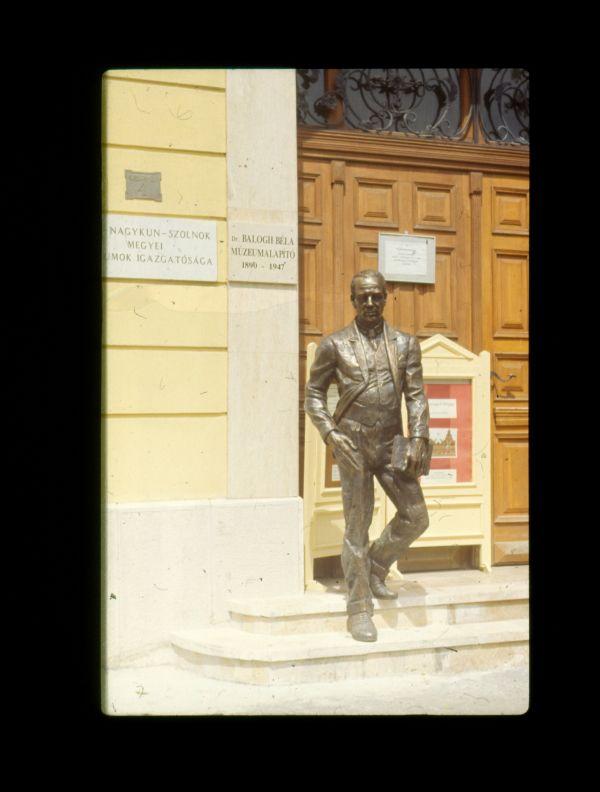 Szolnok, Balogh Béla-szobor - Verseghy Ferenc Könyvtár és Közművelődési Intézmény, CC BY-NC-ND