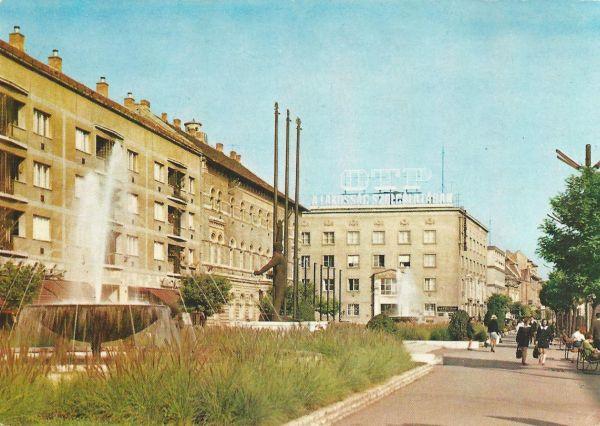 Szolnok - Damjanich Múzeum. Munkásmozgalmi emlékmű (Kovács Ferenc: 1926-) - Képzőművészeti Alap Kiadóvállalata, CC BY-NC-ND